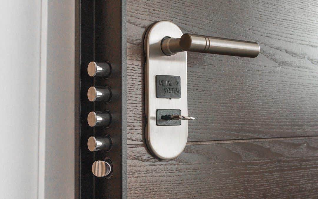 Bezpieczne i funkcjonalne drzwi zewnętrzne – to znaczy jakie?