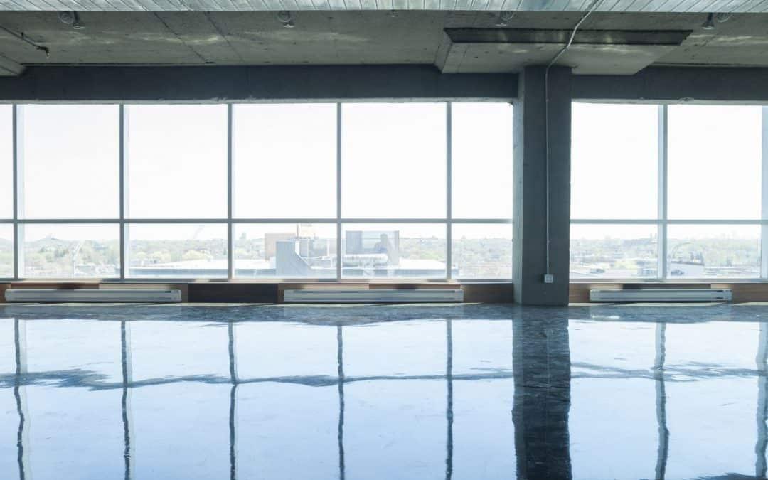Duże okna w nowoczesnym mieszkaniu – jakie są wady i zalety rozwiązania